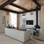 Балки на потолке в интерьере гостиной