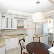 Белая кухня из натурального дерева